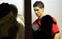 <p>O atacante espanhol Fernando Torres espera no aeroporto de Johanesburgo após o fim da Copa do Mundo, 12 de julho de 2010. Torres teve um pequeno rompimento no músculo da coxa esquerda. REUTERS/Radu Sigheti</p>