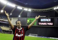 <p>Ronaldinho acena após vitória em Montreal. Ronaldinho seguirá no Milan na próxima temporada, apesar de informações divulgadas pela imprensa de que o jogador poderia se transferir para o Flamengo, informou o presidente-executivo do clube italiano nesta quinta-feira.02/06/2010.REUTERS/Christinne Muschi</p>