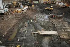<p>Археологи осматривают останки деревянного корабля на месте строительства ВТЦ в Нью-Йорке 15 июля 2010 года. Прогнивший корпус корабля был обнаружен на месте строительства Всемирного торгового центра в Нью-Йорке, что позволит взглянуть в прошлое Манхэттена, сообщили археологи. REUTERS/Lucas Jackson</p>