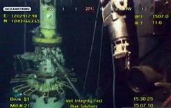 <p>Новый защитный колпак, использующийся компанией BP для того, чтобы остановить утечку нефти в Мексиканском заливе, 15 июля 2010 года. Нефтяной компании BP Plc впервые удалось остановить утечку нефти из поврежденной скважины в Мексиканском заливе с помощью усовершенствованной системы сдерживания. REUTERS/BP/Handout</p>