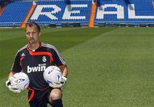 "<p>Вратарь Ежи Дудек на стадионе ""Реала"" в Мадриде 20 июля 2007 года. Вратарь Ежи Дудек продлил контракт с мадридским ""Реалом"" еще на один год до 2011 года, сообщил испанский клуб. REUTERS/Andrea Comas</p>"