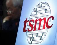 <p>Taiwan Semiconductor Manufacturing Co (TSMC), premier sous-traitant mondial dans le secteur des semi-conducteurs, va investir plus de 300 milliards de dollars taïwanais (7,3 milliards d'euros) dans une nouvelle usine à Taiwan. /Photo d'archives/REUTERS/Nicky Loh</p>