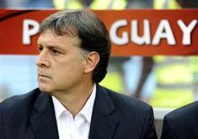 <p>Técnico da seleção paraguaia Gerardo Martino continuará no cargo por mais quatro anos. 29/06/2010 REUTERS/Dylan Martinez</p>