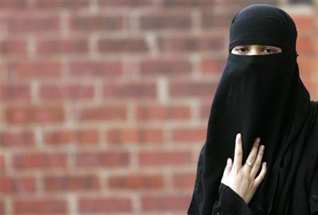 Asma Patel, a local Muslim, wears a veil known as a niqab, as she arrives for a constituency meeting with Britain's Leader of the House of Commons Jack Straw in Blackburn, northern England, October 13, 2006. REUTERS/Phil Noble