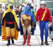 <p>Foto de archivo de un grupo de visitantes vestidos como los personajes de la editorial DC Comics Hourman (izquierda), Atom (al centro) y Flash antes de ingresar a la exposición de cómics Comic Con en San diego, EEUU, jul 24 2010. Cuando la convención Comic Con viva el miércoles una previa de la reunión que tendrá lugar en San Diego en julio, Hollywood estará presente con un fuerte despliegue de nuevas películas y series de televisión. REUTERS/Mario Anzuoni/Files</p>
