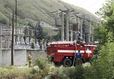 <p>Пожарные работают на Баксанской гидроэлектростанции, пострадавшей от взрыва в среду, 21 июля 2010 года. В результате подрыва небольшой гидроэлектростанции компании РусГидро в Кабардино-Балкарии на юге России погибли два охранника и выведены из строя два из трех генераторов. REUTERS/Yevgeny Kayudin</p>