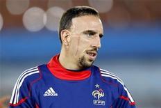 <p>Franck Ribery em sessão de treino durante a Copa do Mundo, em junho. O jogador francês terá meses de incerteza pela frente, ao ser investigado pela suspeita de ter feito sexo com uma prostituta menor de idade. 16/06/2010 REUTERS/Charles Platiau/Arquivo</p>