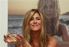 <p>Foto de archivo de la actriz Jennifer Aniston durante el lanzamiento de su perfume en la tienda minorista Harrods en Londres, jul 21 2010. Aniston lanzó el miércoles su primera fragancia decidiendo a último minuto llamarla por su propio nombre. REUTERS/Stefan Wermuth</p>