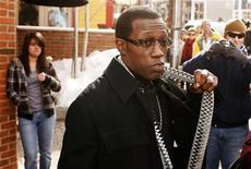 <p>O ator Wesley Snipes conversa com fãs durante o Festival de Filmes Sundance, em Park City, em Utah, em 2009. Procuradores federais pediram nesta quarta-feira a um juiz norte-americano que revogue a liberdade condicional do ator e o faça iniciar imediatamente o cumprimento da sua pena de três anos de prisão por sonegação fiscal. 17/01/2009 REUTERS/Lucas Jackson</p>