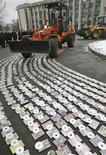 <p>Трактор уничтожает пиратские диски в Донецке, 30 января 2008 года. Россия должна значительно улучшить ситуацию с защитой авторских прав, прежде чем вступить во Всемирную торговую организацию, заявила в среду американский координатор по вопросам защиты интеллектуальной собственности Виктория Эспинел. REUTERS/Valeriy Bilokryl</p>