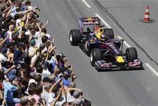 """<p>Sebastian Vettel da Red Bull passa por via pública em sua cidade natal de Hepeenheim. Já chamado de """"Baby Schumi"""", Vettel cresceu a apenas meia hora de carro do circuito de Hockenheim. 18/07/2010 REUTERS/Ralph Orlowski</p>"""