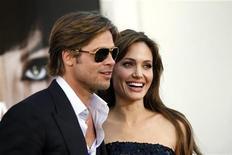 """<p>Angelina Jolie e Brad Pitt no lançamento do filme """"Salt"""" em Hollywood. O casal de Hollywood aceitou nesta quinta-feira uma indenização depois de processar um tablóide britânico que alegava que eles iriam se separar. 19/07/2010 REUTERS/Mario Anzuoni/Arquivo</p>"""