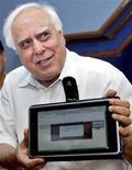 <p>Sibal mostra o novo computador em Nova Délhi. A Índia apresentou nesta semana o que chamou de laptop mais barato do mundo, um computador com tela sensível ao toque que custa 35 dólares.22/07/2010.REUTERS/Stringer</p>