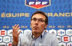 <p>Novo técnico da seleção frances, Laurent Blanc, durante coletiva de imprensa da Federação Francesa de Futebol (FFF). Os 23 jogadores que representaram a seleção francesa na Copa do Mundo foram suspensos do próximo jogo da equipe, após a eliminação na primeira fase da competição. 06/07/2010 REUTERS/Mal Langsdon/Arquivo</p>
