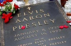 <p>La tombe d'Elvis Presley à Memphis, dans le Tennessee. En raison de doutes subsistant sur la provenance et l'authenticité d'instruments utilisés pour autopsier et embaumer le corps d'Elvis Presley, cette collection a été retirée des enchères. /Photo d'archives/REUTERS/Nikki Boertman</p>