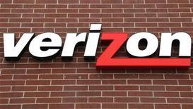 <p>Imagen de archivo de un logo de Verizon desde una tienda, en Westminster. Abr 26 2009. Verizon Communications reportó el viernes una pérdida trimestral debido a un cargo extraordinario y a una caída de los ingresos, a pesar de que la firma sumó más clientes postpago de telefonía móvil que los estimados por los analistas. REUTERS/Rick Wilking/ARCHIVO</p>