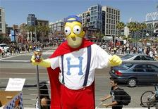 <p>Atendente chega vestido de Homer Simpson, no terceiro dia do Comic Con em São Diego, Califórnia. 24/07/2010 REUTERS/Mike Blake</p>