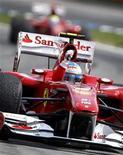 <p>Fernando Alonso comemora vitória do GP da Alemanha em Hockenheim. A Ferrari e o piloto espanhol estão de volta na briga pelo título da Fórmula 1, apesar de terem deixado a Alemanha com uma multa de 100 mil dólares no domingo. 25/07/2010 REUTERS/Kai Pfaffenbach</p>