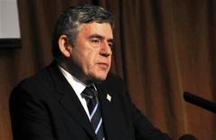 <p>Foto de archivo: El ex primer ministro británico, Gordon Brown, habla a líderes africanos en las actividades secundarias de una cumbre de la Unión Africana en la capital de Uganda, Kampala, jul 24 2010. REUTERS/Xavier Toya (UGANDA)</p>