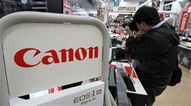 <p>A la faveur de ventes solides de ses appareils photos haut de gamme, Canon a enregistré un bond de 153% de son bénéfice trimestriel, soit nettement plus que prévu, mais a maintenu ses prévisions de résultats annuels. /Photo prise le 26 avril 2010/REUTERS/Toru Hanai</p>