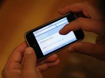 <p>Les possesseurs de smartphones aux Etats-Unis pourront désormais déverrouiller en toute légalité le système d'exploitation de leur combiné, y compris celui de l'iPhone d'Apple, le Bureau fédéral du copyright ayant révisé la loi sur les droits d'auteurs. /Photo d'archives/REUTERS/Mario Anzuoni</p>