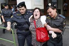 <p>Милиция задерживает участницу акции протеста в Москве 31 мая 2010 года. На фоне наделения ФСБ новыми полномочиями и ужесточения порядка согласования митингов протеста более трети россиян, по данным социологов, считают, что власть может вскоре запретить любую критику в свой адрес. (REUTERS/Mikhail Voskresensky)</p>