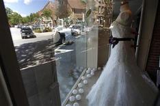 <p>Vestido de casamento em homenagem a Chelsea Clinton é exposto em loja no centro de Rhinebeck, Nova York, onde a filha de Bill e Hillary Clinton pretende se casar na sexta-feira. REUTERS/Mike Segar</p>