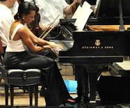 <p>La ex secretaria de Estado de Estados Unidos, Condoleezza Rice, toca el piano durante una presentación con la Orquesta de Filadelfia, en Filadelfia. Jul 27 2010. La ex secretaria de Estado de Estados Unidos Condoleezza Rice cambió el martes los asuntos internacionales por una pieza para piano de Mozart, al participar de un concierto a beneficio junto a la leyenda del soul Aretha Franklin. REUTERS/John Randolph/</p>
