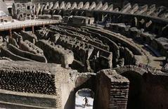 <p>Foto de archivo de un hombre al interior del Coliseo de Roma, ago 16 2009. Mientras el antiguo Coliseo de Roma se cae literalmente por negligencia, el Gobierno italiano, falto de dinero, está buscando patrocinadores privados que quieran ayudar a pagar las obras de restauración a cambio de derechos de publicidad. REUTERS/Hazir Reka</p>