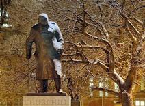 <p>Foto de archivo de una estatua del ex primer ministro británico Winston Churchill en Londres, ene 28 2004. Los reportes escolares de Winston Churchill, una apuesta de beber que una vez hizo e incluso información sobre su periquito estarán disponibles para todos cuando los archivos del primer ministro británico durante la Segunda Guerra Mundial sean publicados en internet. REUTERS/Toby Melville</p>