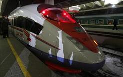 """<p>Поезд """"Сапсан"""" на вокзале в Москве 17 декабря 2009 года. Российские железные дороги в пятницу запустили скоростной поезд """"Сапсан"""" из Москвы в Нижний Новгород, который будет перевозить пассажиров на 450 километров за четыре часа. REUTERS/Sergei Karpukhin</p>"""