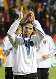 <p>Sami Khedira da seleção alemã cumprimenta os torcedores após receber a medalha de bronze na Copa do Mundo. Khedira deixará o Stuttgart para se juntar ao Real Madrid, informou o clube alemão nesta sexta-feira. 10/07/2010 REUTERS/Mike Hutchings</p>