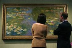 """<p>Imagen de archivo de un cuadro de Claude Monet, """"Le bassin aux nympheas"""" , en la casa de subastas Christie's de Nueva York. mayo 9 2008 Una deslumbrante muestra de escenas florales y jardines pintadas por artistas impresionistas del siglo XIX y principios del siglo XX ha abierto sus puertas en los museos de las Galerías Nacionales de Edimburgo. REUTERS/Brendan McDermid/ARCHIVOS</p>"""
