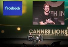 <p>Mark Zuckerberg fala em Cannes. O site de redes sociais Facebook pode adiar sua oferta pública inicial de ações (IPO, em inglês) até 2012, informou a Bloomberg nesta sexta-feira, citando três fontes próximas do assunto.23/06/2010.REUTERS/Sebastien Nogier</p>