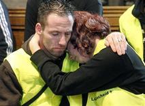 <p>Agentes do resgate que atenderam as vítimas do Love Parade participam de uma missa neste sábado em homenagem às 21 pessoas que morreram esmagadas durante o festival de música techno, em Duisburgo, na Alemanha. 31/07/2010 REUTERS/EPD/Friedrich Stark/Pool</p>