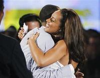 <p>Imagen de archivo de la cantante Alicia Keys abrazando a su novio Swizz Beatz, tras ganar la categoría Mejor Artista Femenino R&B en los premiot BET 2010, en Los Angeles. Jun 27 2010. REUTERS/Mario Anzuoni/ARCHIVO</p>