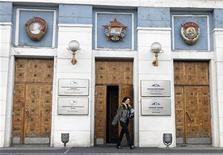 <p>Женщина выходит из офиса Норникеля в Норильске 16 апреля 2010 года. Кремль поручил прокуратуре разобраться в конфликте акционеров Норильского Никеля и посоветовал Олегу Дерипаске и Владимиру Потанину поделиться собственностью с третьей стороной, исключив участие государства в капитале крупнейшего в мире производителя никеля и палладия, сообщили российские агентства со ссылкой на источник в Кремле. REUTERS/Ilya Naymushin</p>