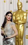"""<p>Актриса Сандра Буллок держит статуэтку """"Оскар"""" за фильм """"Невидимая сторона"""" на церемонии награждения в Голливуде 7 марта 2010 года. Лауреат премии """"Оскар"""" Сандра Буллок возглавила список самых высокооплачиваемых актрис Голливуда по версии журнала Forbes, заработав за последние 12 месяцев $56 миллионов. REUTERS/Lucy Nicholson</p>"""