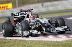 <p>Michael Schumacher durante GP da Hungria em Hungaroring. Schumacher teria sido desclassificado no último domingo se a manobra arriscada para cima de Rubens Barrichello tivesse acontecido antes, disse o comissário da prova Derek Warwick. 01/08/2010 REUTERS/Balint Meggyesi</p>