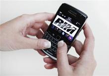 <p>Le chef des services de régulation des télécommunications libanais a annoncé que le gouvernement allait étudier les risques éventuels concernant la sécurité du BlackBerry. Le groupe canadien négocie déjà avec l'Inde, l'Arabie Saoudite et les Emirats arabes unis pour tenter d'empêcher le blocage par ces pays de certains services de son smartphone. /Photo d'archives/REUTERS/Mark Blinch</p>