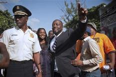 <p>El cantante hip-hop Wyclef Jean (al centro en la imagen) saluda a una multitud antes de inscribirse como candidato presidencial en el barrio de Delmas en Puerto Príncipe, ago 5 2010. Jean se inscribió el jueves como candidato para las elecciones presidenciales de noviembre en Haití, en un gesto que provocó entusiasmo entre la gente del empobrecido país. REUTERS/Allison Shelley</p>