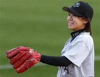 <p>Yuma Scorpions female starting pitcher Eri Yoshida, 18, of Japan, smiles before the start of the Arizona Winter League game against Team Canada in Yuma, Arizona January 29, 2010. REUTERS/Joshua Lott</p>