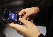<p>Suivant l'exemple des Emirats arabes unis, de l'Arabie saoudite, du Liban et de l'Inde, le gouvernement algérien a décidé de procéder à l'évaluation de l'utilisation des téléphones Blackberry et pourrait les interdire s'il conclut que la sécurité nationale est menacée, selon le quotidien El Khabar. /Photo prise le 2 août 2010/REUTERS/Mosab Omar</p>