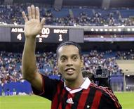 <p>AC Milan's Ronaldinho waves to the crowd following his team's win over Canada's Montreal Impact in Montreal, Quebec, June 2, 2010. REUTERS/Christinne Muschi</p>