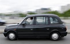 <p>Les chauffeurs de taxi londoniens, considérés comme les plus sympathiques et les plus avisés, sont les meilleurs au monde, selon un sondage qui décerne à leurs collègues parisiens et new-yorkais la palme de la grossièreté. /Photo d'archives/REUTERS/Stephen Hird</p>