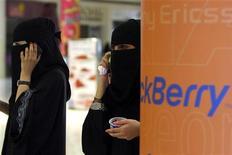 <p>Saoudiennes voilées téléphonant à l'aide de leur BlackBerry dans un centre commercial à Ryad. Au nom de la sécurité nationale, plusieurs pays ont récemment demandé à Research in Motion (RIM), le fabricant canadien du BlackBerry, de leur permettre d'accéder aux données cryptées transitant sur les serveurs de ses téléphones. /Photo prise le 5 août 2010/REUTERS/Fahad Shadeed</p>