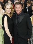 """<p>Sean Penn (dir), vencedor do Oscar por """"Milk"""", com sua esposa Robin Wright nos Oscars de 2009. O casal finalmente se divorciou na terceira tentativa. 22/02/2009 REUTERS/Lucas Jackson</p>"""