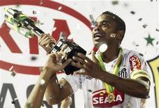 <p>Robinho exibe troféu da Copa do Brasil após conquista do torneio pelo Santos: Manchester City quer resolver rapidamente o futuro do jogador. REUTERS/Lunae Parracho</p>