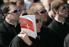 <p>Молодые католические священники на мессе, которую отслужил в Вашингтоне Папа Римский Бенедикт XVI 17 апреля 2008. Зрелые американцы в возрасте от 36 до 50 лет более религиозны, чем их отцы и матери поколения бэби-бума, свидетельствует исследование, опубликованное Journal for the Scientific Study of Religion. REUTERS/Jim Bourg</p>