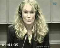 <p>Imagem de vídeo mostra a atriz Mia Farrow depondo no julgamento por crimes de guerra e contra a humanidade do ex-presidente da Libéria Charles Taylor, no Tribunal Especial da ONU para Serra Leoa em Leidschendam, 9 de agosto de 2010. REUTERS/Tribunal Especial para Serra Leoa via Reuters TV</p>